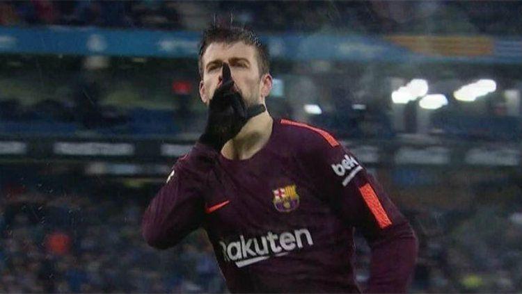 Pique sat perayaan gol kegawang Espanyol. Copyright: © Sport english