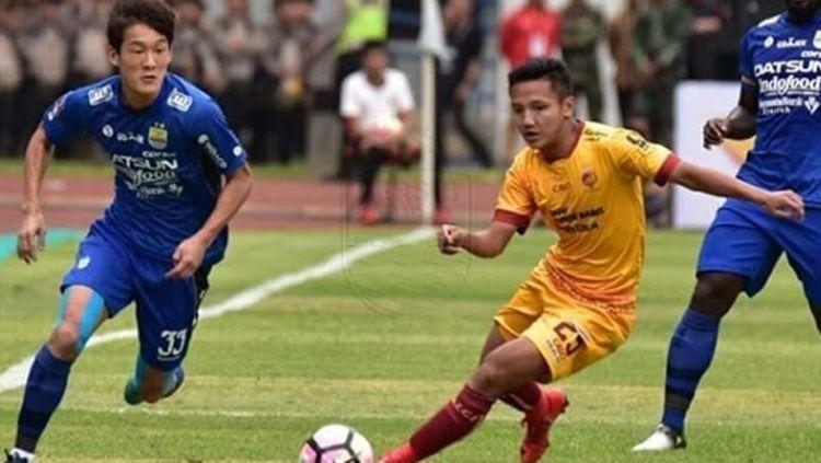 Syahrian Abimanyu duel dengan pemain asing Persib Bandung, Oh in kyun. Copyright: © Persib
