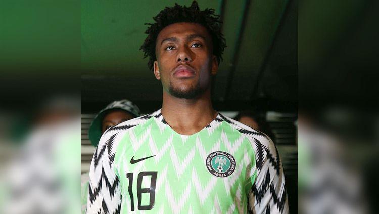 Alex Iwobi jadi model peluncuran jersey anyar Timnas Nigeria. Copyright: © dailymail.co.uk