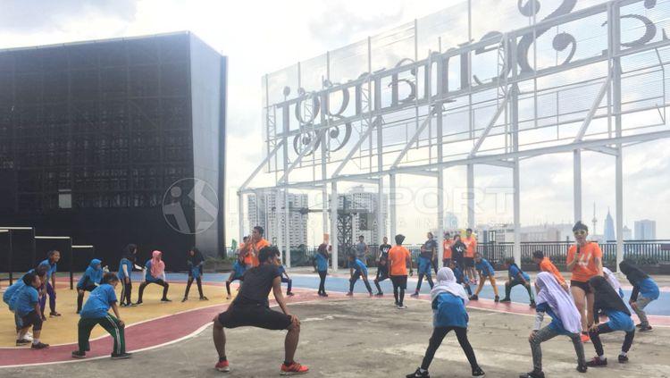 Komunitas Workout Embassy mengajak anak-anak Yayasan SAJA untuk  berolahraga. Copyright: © Alfia Nurul Fadilla/INDOSPORT