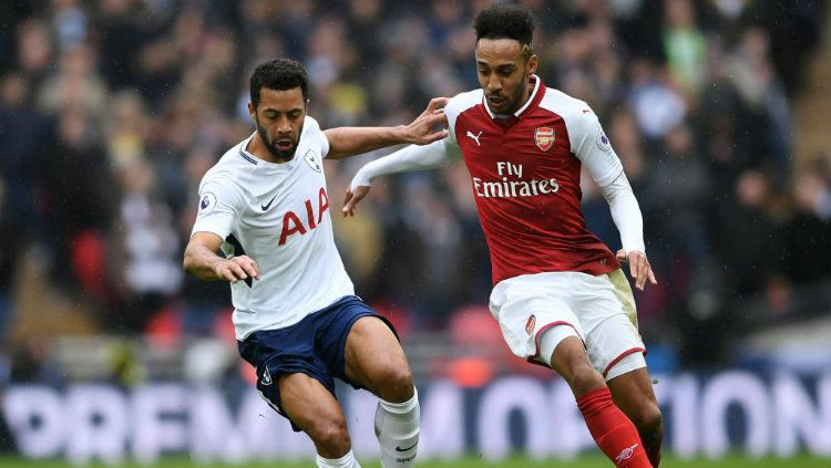 Duel Moussa Dembele, pemain Tottenham Hotspur vs Pierre-Emerick Aubameyang, striker Arsenal. Copyright: © INDOSPORT