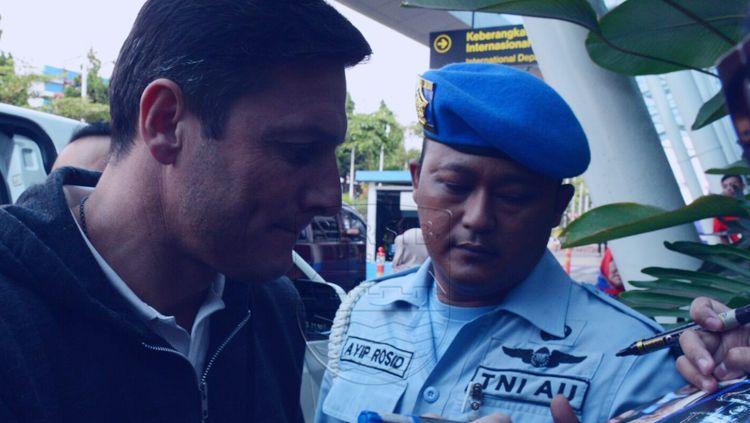Javier Zanetti tiba di Bandung. Copyright: © Persib