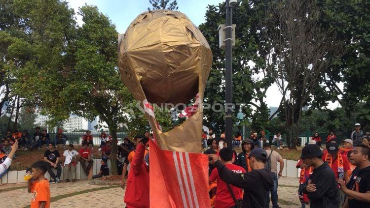 Replika Piala Presiden. Copyright: © Zaenal Hasan/INDOSPORT