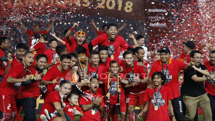 Skuat Persija Jakarta berpesta usai menerima trofi juara Piala Presiden 2018. Copyright: © Herry Ibrahim/INDOSPORT