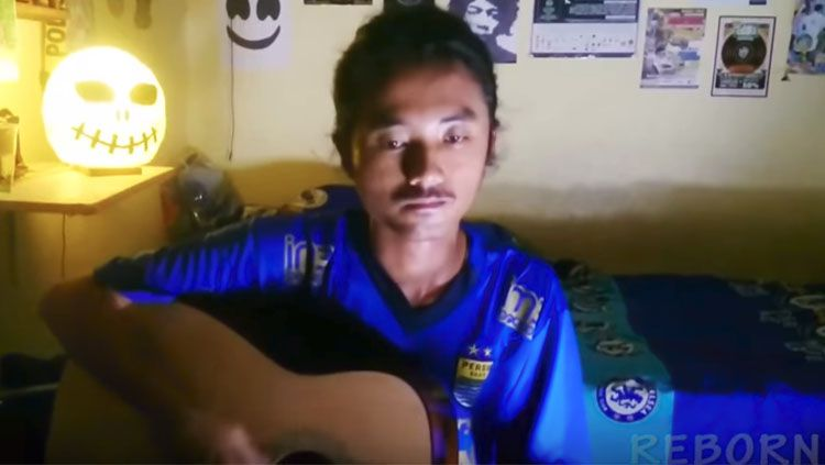 Bobotoh yang menyanyikan lagu Persija Copyright: © Youtube