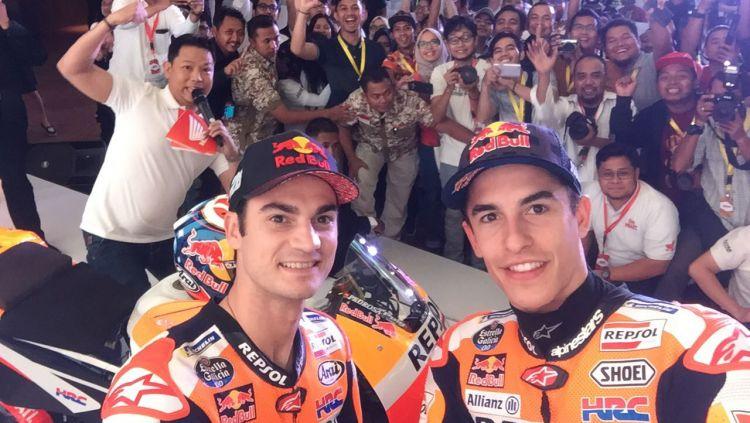 Dani Pedrosa dan Marc Marquez saat mengunjungi Indonesia. Copyright: © AHM