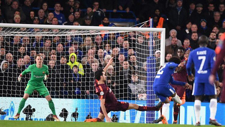 Tendangan Willian berhasil melewati pemain Barcelona sehingga membuahkan gol. Copyright: © INDOSPORT