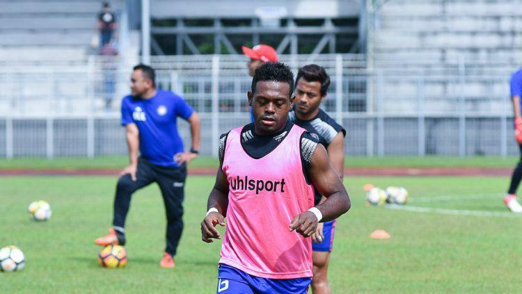 David Laly saat menjalani latihan bersama Felcra FC. Copyright: © Ofisial Felcra FC