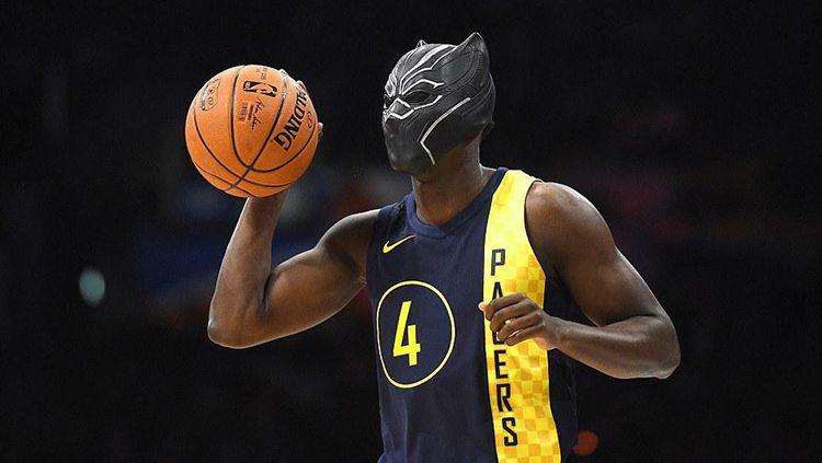 Victor Oladipo gunakan topeng Black Panther pada kontes NBA Slam Dunk. Copyright: © USA Today
