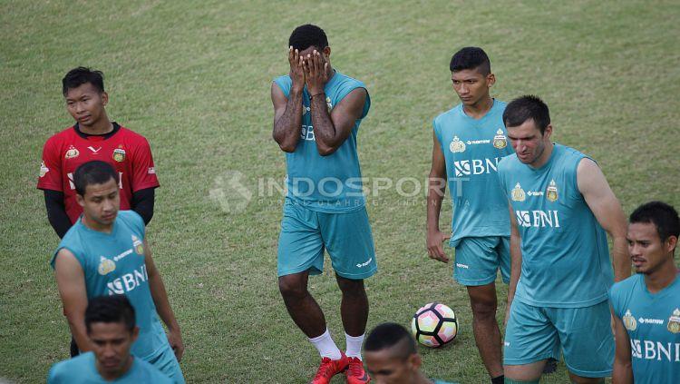 Pelatih BFC, Simon Mcmenemy sedang memberikan arahan kepada anak asuhnya. Copyright: © Herry Ibrahim/Indosport.com