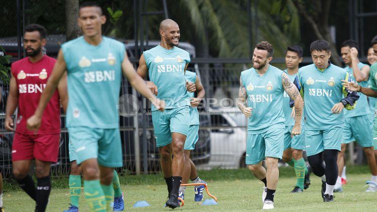 Keakraban para pemain BFC saat melakukan joging sebelum memulai latihan. Copyright: © Herry Ibrahim/Indosport.com
