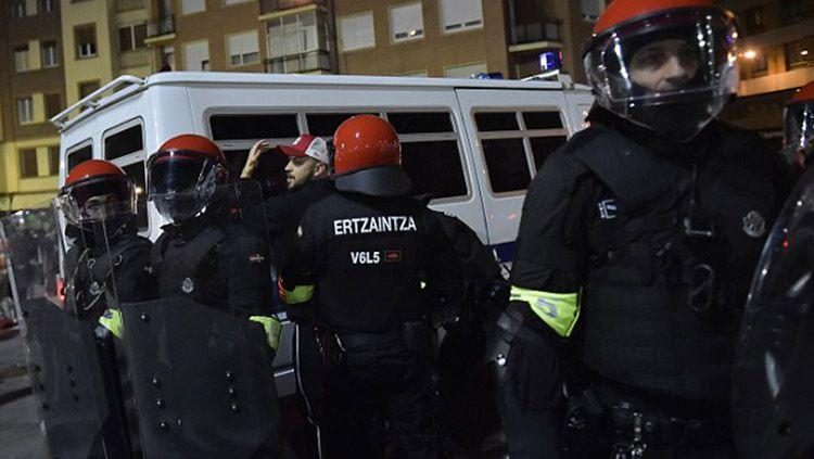 Kerusuhan antara suporter Bilbao vs Spartak Moscow meletus di luar satdion sesaat sebelum pertandingan dimulai. Copyright: © Daily Mail