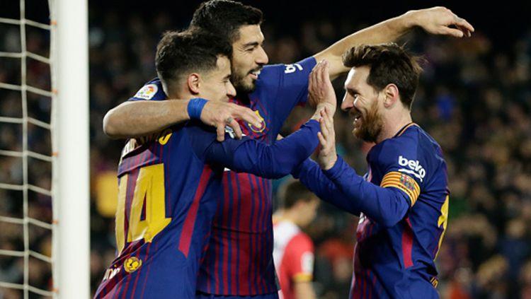 Lionel Messi dan Luis Suarez 'pasang badan' agar Philippe Coutinho tetap tinggal di Barcelona. Copyright: © Getty Images