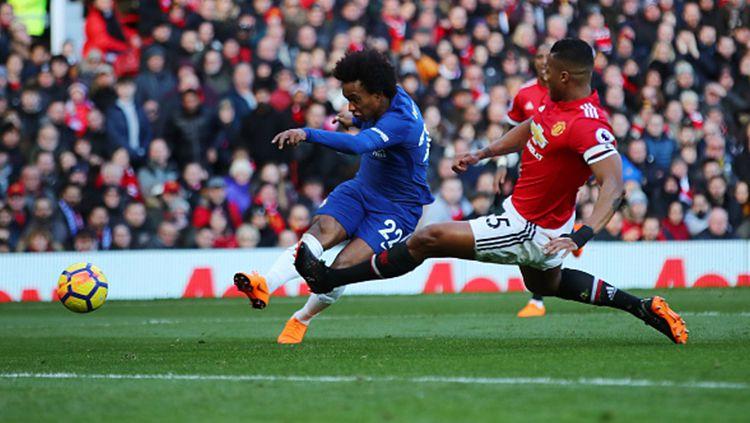 Man United vs Chelsea, Willian dijegal Antonio Valencia. Copyright: © Getty Images