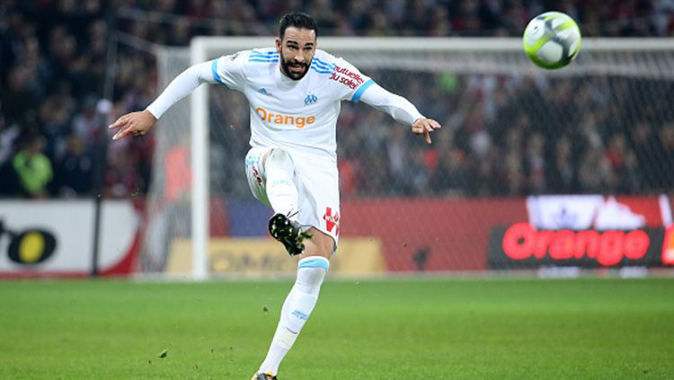 Adil Rami saat mengeksekusi bola. Copyright: © Getty Images