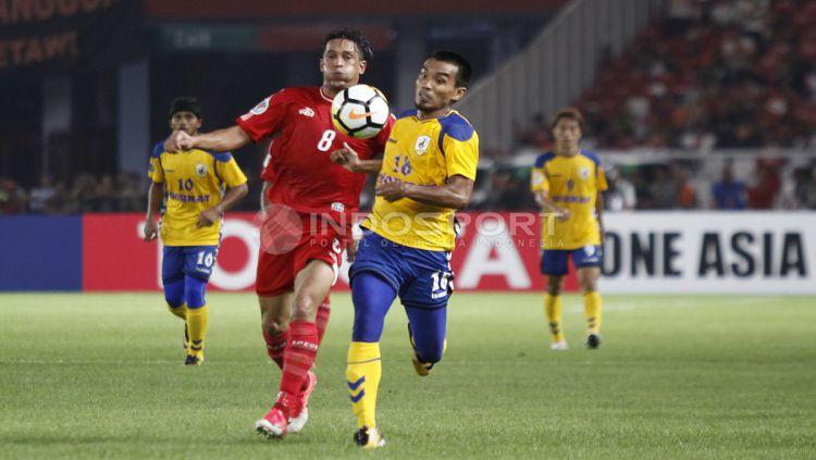 Duel Addison Alves de Oliveir dengan pemain Tampines Rovers di pertemuan pertama. Copyright: © Herry Ibrahim/INDOSPORT