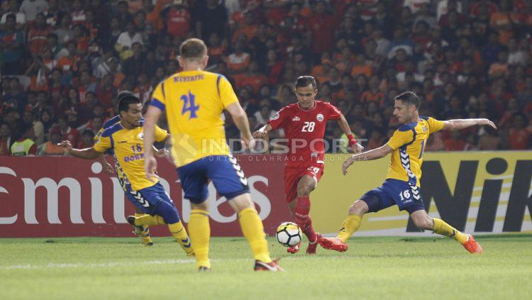 Riko Simanjuntak mendapat pengawalan ketat dari pemain Tampines Rovers. Copyright: © Herry Ibrahim/INDOSPORT