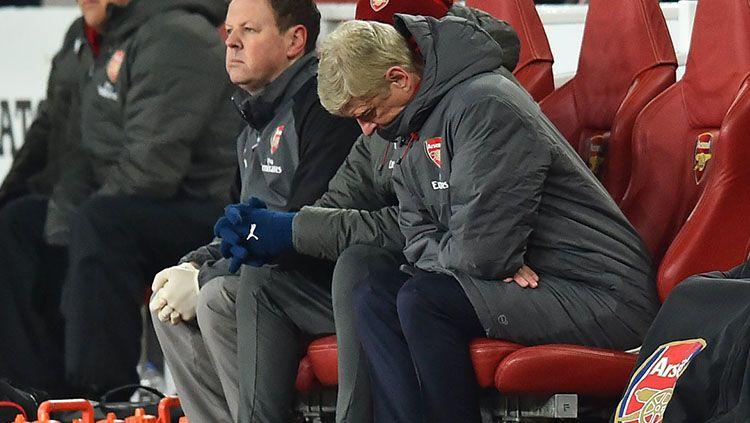 Arsene Wenger hanya bisa tertunduk lesu setelah Arsenal kembali dibantai 0-3 oleh Manchester City. Copyright: © Twitter @OptaJoe