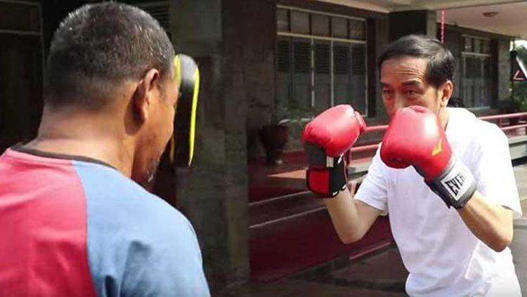 Presiden Joko Widodo latihan tinju. Copyright: © Internet