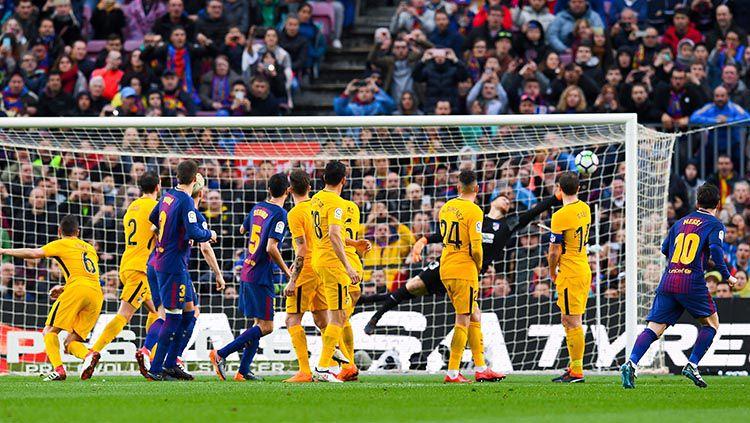 Tendangan bebas Lionel Messi yang masuk ke gawang Athletico Madrid Copyright: © INDOSPORT