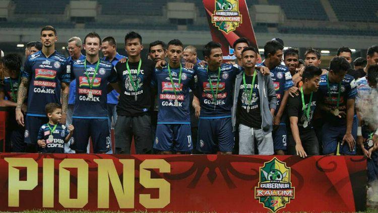 Skuat Arema FC saat penyerahan gelar runner-up Piala Gubernur Kaltim Copyright: © instagram.com/aremafcofficial