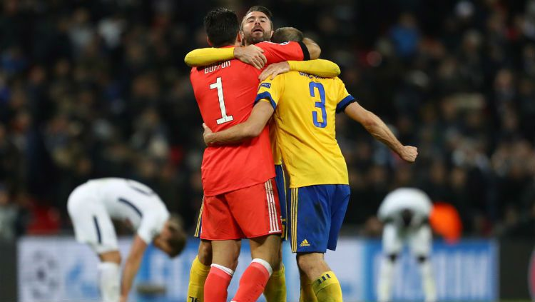 Barzagli berpelukan dengan Buffon dan Chiellini. Copyright: © Getty Images