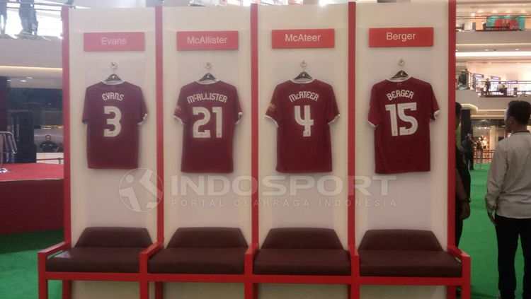 Empat jersey legenda Liverpool di Mal Taman Anggrek Jakarta. Copyright: © Annisa Hardjanti/INDOSPORT