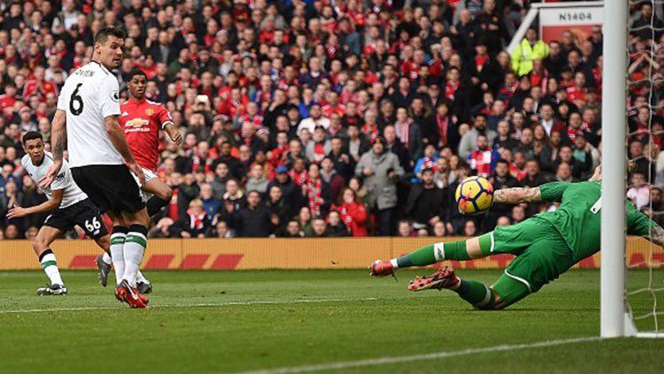 Momen gol Man United ke gawang Liverpool diciptakan oleh Marcus Rashford. Copyright: © Getty Images