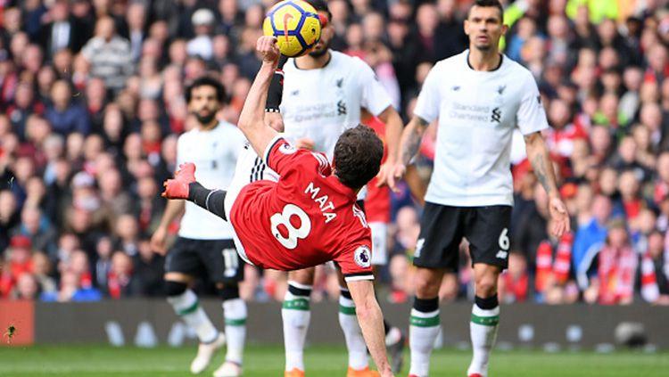 Tendangan salto Juan Mata ke gawang Liverpool, tapi gagal. Copyright: © Getty Images