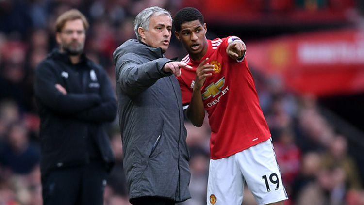 Mourinho (kiri) tampak memberikan intruksi kepada Marcus Rashford. Copyright: © INDOSPORT