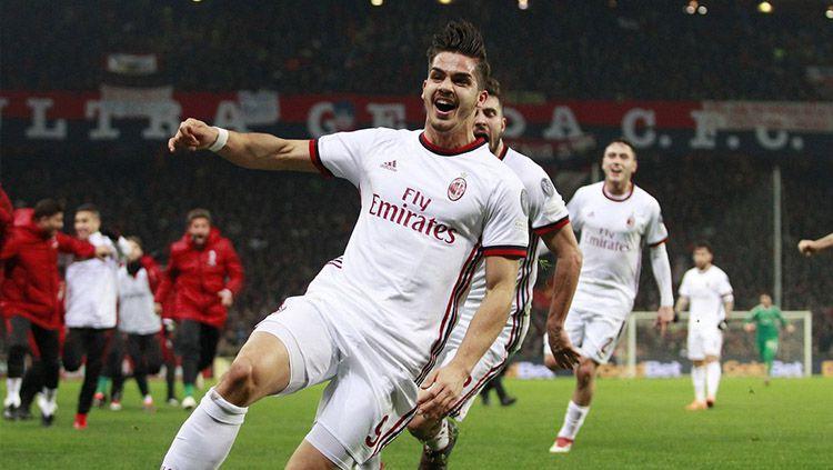 Andre Silva saat berselebrasi membawa kemenangan bagi AC Milan atas Genoa. Copyright: © Getty Images