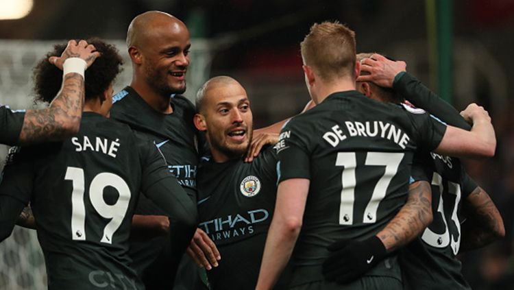 David Silva bersama pemain Man City lainnya berselebrasi usai membobol gawang Stoke City. Copyright: © Getty Images