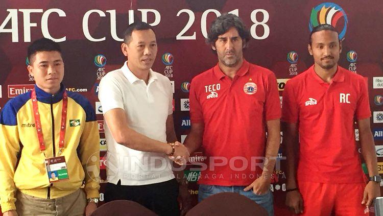 Pelatih Song Lam Nghe, Nguyen Duc Thang tengah bertjabat tangan dengan Stefano Cugurra Teco. Herry Ibrahim Copyright: © Herry Ibrahim/INDOSPORT