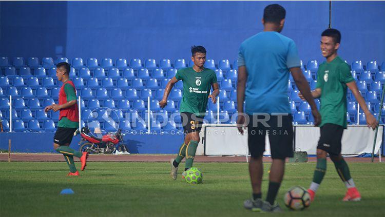 David Laly (dua dari kiri), mantan pemain Persib Bandung. Copyright: © INDOSPORT/Muhammad Effendi