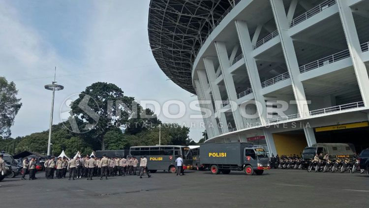 Situasi Penjaga Keamanan di Luar Stadion GBK. Copyright: © Annisa Hardjanti/INDOSPORT