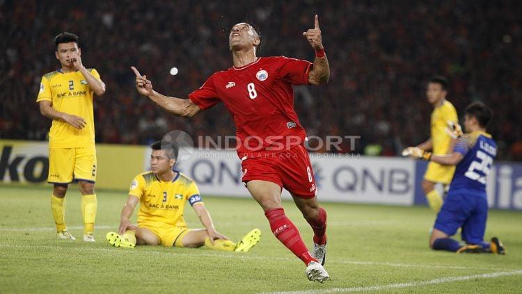 Selebrasi Addison Alves usai mencetak gol kemenangan Persija atas Song Lam. Copyright: © Herry Ibrahim/INDOSPORT