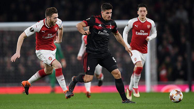 Andre Silva mendapat kawalan ketat dari pemain Arsenal. Copyright: © Getty Images