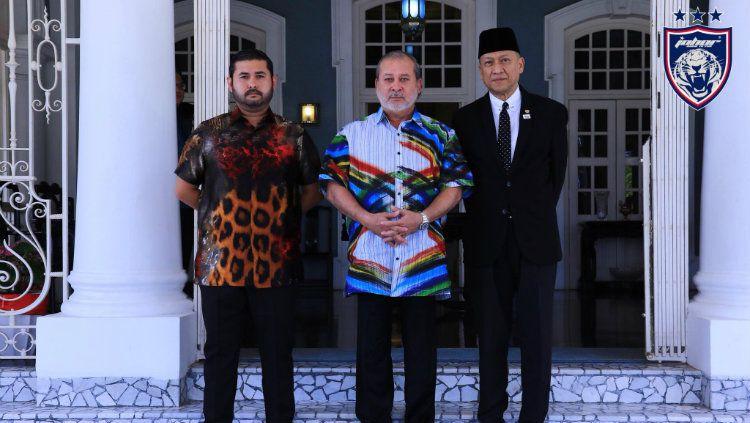 Tunku Ismail Sultan Ibrahim berdiri paling kanan. Copyright: © johorsoutherntigers.com