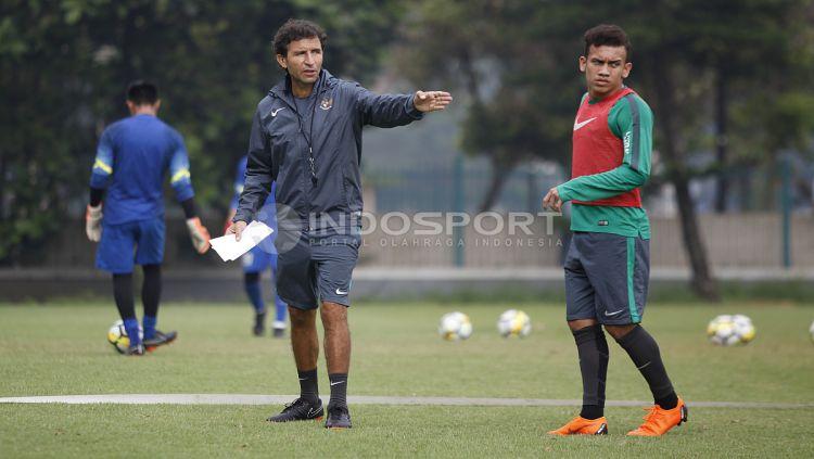Pelatih Luis Milla (tengah) memberikan arahan kepada para pemainnya saat latihan. Copyright: © Herry Ibrahim/INDOSPORT