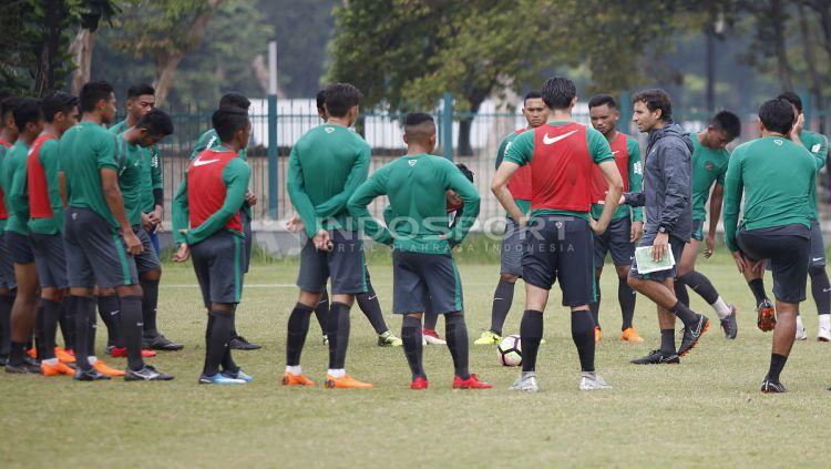 Pelatih Luis Milla (kanan) memberikan arahan kepada para pemainnya disela-sela latihan. Herry Ibrahim Copyright: © Herry Ibrahim/INDOSPORT