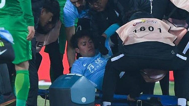 Nicolas Gaitan pingsan karena mengalami benturan dengan pemain lain. Copyright: © internet