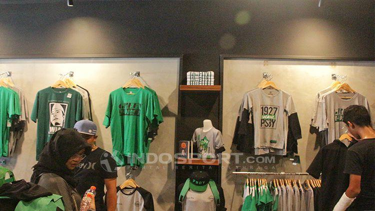Koleksi terbaru persebaya store. Copyright: © INDOSPORT/Fitra Herdian