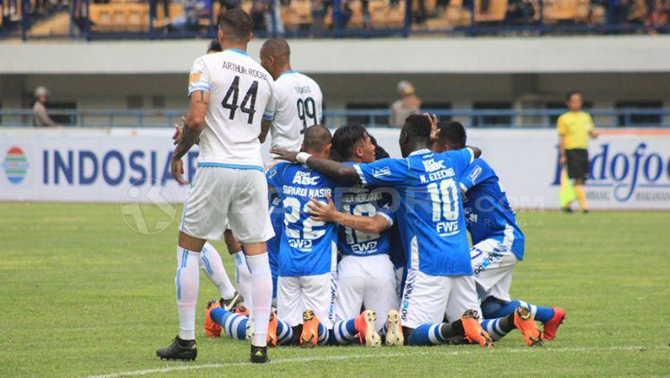 Skuat Persib Bandung merayakan gol Oh In-kyun ke gawang Arema pada laga persahabatan. Copyright: © Arif Rahman/INDOSPORT