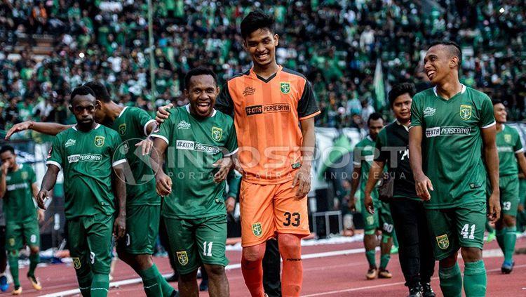 Para pemain Persebaya Surabaya usai laga persahabatan melawan tim Malaysia. Copyright: © Fitra Herdian/INDOSPORT
