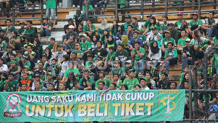 Bonek membentangkan benner tentang mahalnya harga tiket Persebaya Surabaya. Copyright: © Fitra Herdian/INDOSPORT