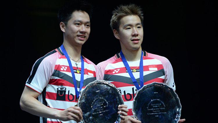 Pasangan andalan Indonesia Kevin/Marcus saat naik di podium usai juara di All England 2018. Copyright: © INDOSPORT