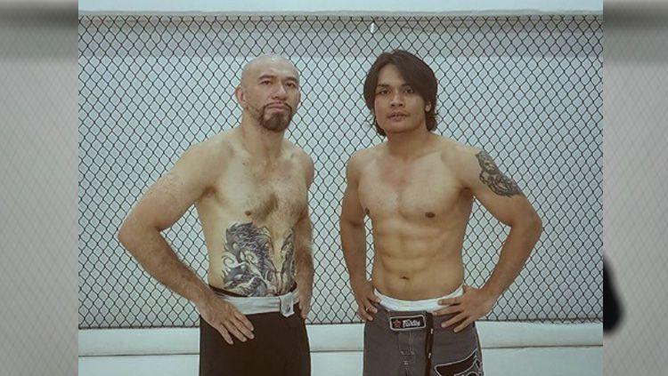 Demi menjadi petarung Mixed Martial Arts (MMA) yang handal, aktor Indonesia yakni Randy Pangalila harus menjalani latihan rutin bersama Max Metino. Copyright: © instagram@randpunk