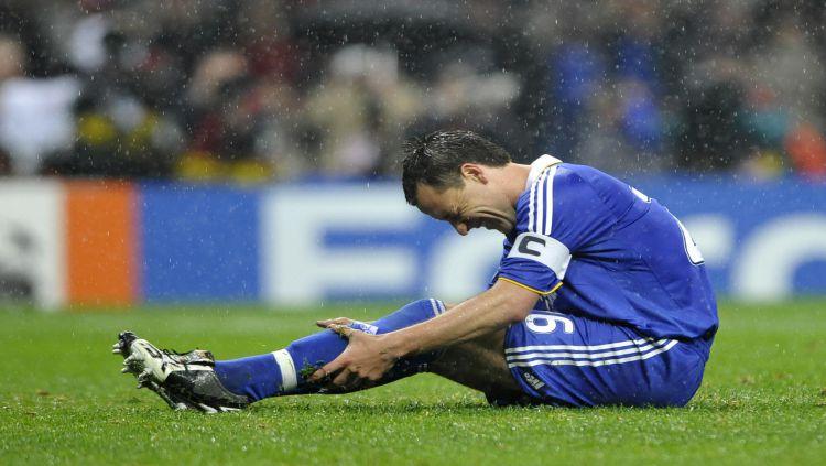 John Terry usai gagal mengeksekusi penalti di final Liga Champions musim 2007/2008 Copyright: © Goalden Times