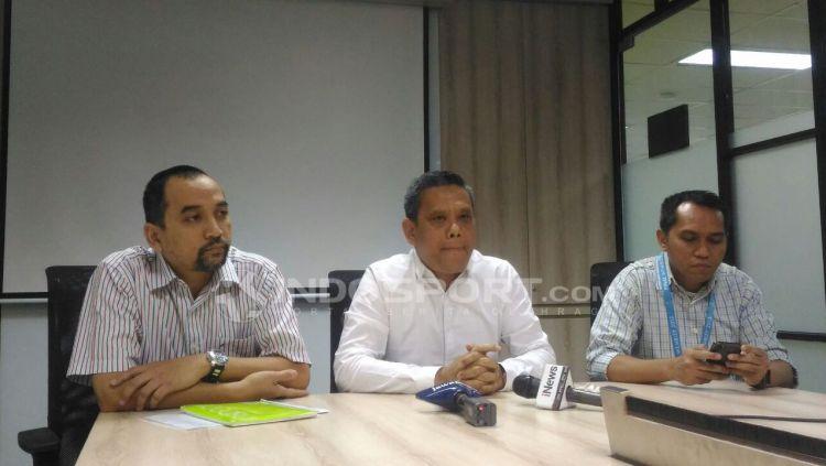 Direktur Utama PT LIB, Berlinton Siahaan (tengah) saat mengumumkan perubahan titel Liga 1 musim 2018 di Kantor LIB, Jakarta. Perubahan titel karena Traveloka undur diri sebagai sponsor. Copyright: © Zainal Hasan/INDOSPORT