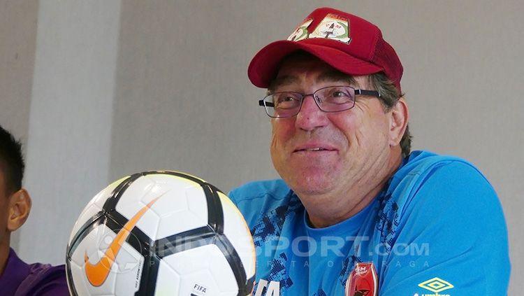 Pelatih PSM, Robert Rene Alberts berbincang dengan Bruce Djite Copyright: © INDOSPORT/Reno Firhad Rinaldi